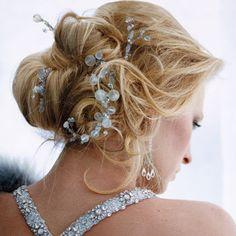 Penteado de noiva casamento cabelo preso coque detalhes pedras (Foto: Brides.com)