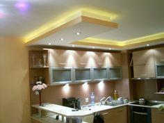 Une vue d'une petite cuisine avec un plafond suspendu