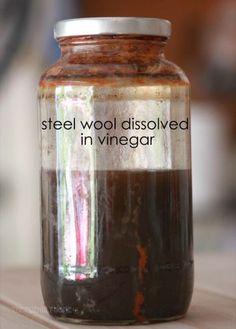 Este frasco de solução oxidante tem cerca de oito semanas de idade.  Escurece à medida que envelhece.  Editado para adicionar: seu frasco não olhará oxidado como o meu até que sua solução esteja sentando-se no frasco por muito tempo.  Quando você primeiro fazer a sua solução deve ser uma cor cinza-ish com alguns sólidos no fundo e vinagre turva no topo.