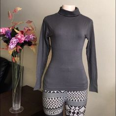 ️️Gray Sleeves Top Nylon and spandex material. Great for jogging or just a casual attire. ️️price is firm pls✅Fits XS/S/M/L✅ Tops
