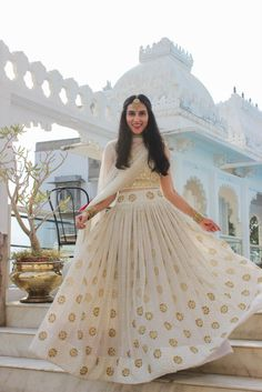 Friend of The Bride Style: Meet Urmi Indian Lehenga, Lehenga Choli, Anarkali, Gold Lehenga, Lehenga White, Saree, Lehenga Designs, Indian Wedding Outfits, Indian Outfits