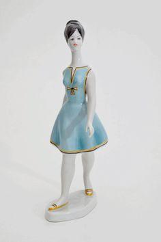 Boneca de porcelana, da marca Hungara Hallohaza dos anos 60. O mais lindo dessa boneca é o movimento e as cores do seu vestido além do cabelo no estilo Hairspray!