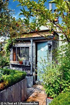 Comme à la campagne, mais en plein Paris, le jardinier-paysagiste Hugues Peuvergne a installé un cabanon à outils plus vrai que nature dans le coin potager de cette terrasse bucolique.