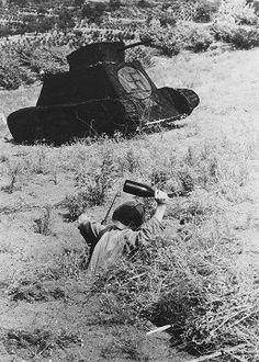 Spain - 1936. - GC - 15th International Brigade in Training.   El escaso numero de carros de combate con el que contaba la Republica, no permitia desviar efectivos del frente, por lo que es sustituido en este caso, por un tanque simulado.