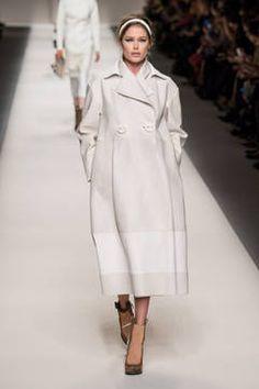Fendi – Mailand Fashion Week Report Herbst/Winter 2015/16: Einen Überblick über die neusten Shows und Kollektionen der italienischen Designer von der laufenden Mailänder Modewoche gibt es hier.