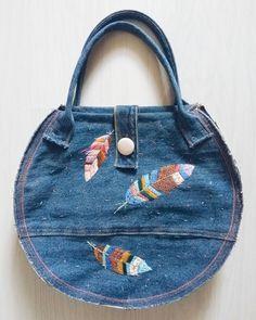 Купить Круглая джинсовая сумка с вышивкой Перья в интернет магазине на Ярмарке Мастеров