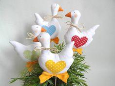 Dekorácie - Kačičky na zapichnutie - 6523113_ Felt Crafts, Fabric Crafts, Diy And Crafts, Easter Projects, Easter Crafts, Felt Ornaments, Christmas Ornaments, Country Crafts, Felt Toys