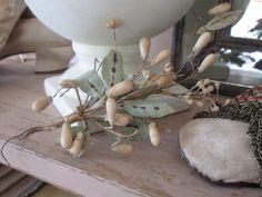 Brocante Deko mit antikem Wachssträußchen