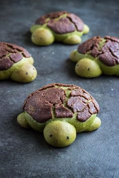 These matcha milk bread turtles are not just totally adorable, they are super de. These matcha milk bread turtles are not just totally adorable, they are super delicious with a white chocolate filli Matcha Milk, Just Desserts, Delicious Desserts, Dessert Recipes, Yummy Food, Health Desserts, Fun Food, Kind Snacks, Asian Desserts