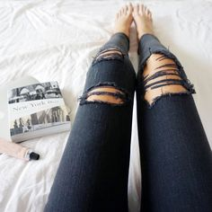 Take a look at the best what to wear with black ripped knee jeans in the photos below and get ideas for your outfits! 150 Fall Outfits to Copy Right Now – Page 5 of 5 – Wachabuy Image source Diy Jeans, Jeans Fit, Diy Ripped Jeans, How To Make Ripped Jeans, Ripped Knees, Skinny Jeans, Fashion Moda, Look Fashion, Teen Fashion