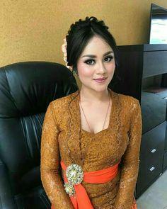 Kebaya Bali, Kebaya Dress, Myanmar Traditional Dress, Traditional Dresses, Model Kebaya Modern, Bali Girls, Hijab Fashionista, Batik Fashion, Indonesian Girls