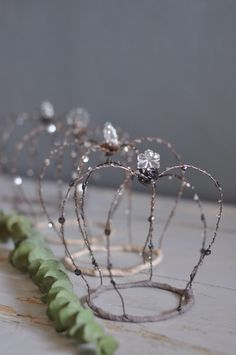 Risultati immagini per diy shabby paper crown Wire Crafts, Diy And Crafts, Arts And Crafts, Wire Crown, Art Fil, Tiaras And Crowns, Wire Art, Wire Jewelry, Christmas Crafts