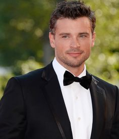 Tom Welling is back!  Look at that little bit of gray in his hair, I love it!