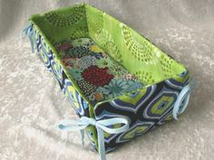 Sewing Fabric Storage Organize your fabric scraps using fabric scraps ! My Sewing Room, Sewing Box, Sewing Rooms, Free Sewing, Organizing Fabric Scraps, Organize Fabric, Fabric Boxes, Fabric Storage, Fabric Organizer