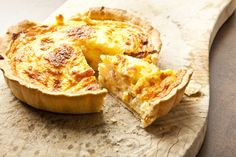 The northeastern French province of Lorraine gave us this traditional and really easy-to-make savory tart. I love to make Quiche Lorraine as it is always. Egg Quiche, Bacon Quiche, Cheese Quiche, Frittata, Quiches, Egg And Bacon Pie, How To Make Quiche, Wine Recipes, Cooking Recipes