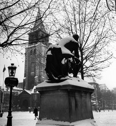 Robert Doisneau // Saint Germain des Prés -  Diderot devant chez Lipp, Paris 1945
