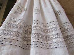 Delantales tradicionales realizados con telas de lino,combinando puntillas de bolillo, valenciennes, tul bordado, guipur...