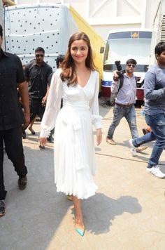 Alia Bhatt looks ravishing in white dress at Kapoor & Sons promotions! Bollywood Celebrities, Bollywood Fashion, Bollywood Actress, Dresses For Teens, Trendy Dresses, Nice Dresses, Funky Dresses, Kapoor And Sons, Alia Bhatt Cute