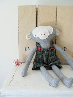cute blog! Learn how to make stuffed animals! I think I want to buy her book!