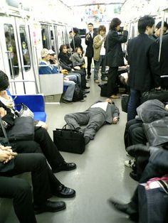 電車内 drunk salaryman is ignored by other Japanese commuters