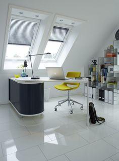 Buchregal Und Schreibtisch Im Büro Des Dachgeschosses