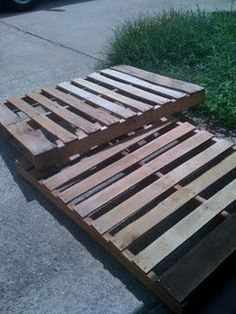 Great tutorial on how to make a pallet bed for a double bed