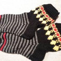 Vähäkö on kätevä vaimo ku tuallaaset sukat mulle tekaasi❤#pohojalaasetsukat #kyllätarkenoo #helavyösukat #ristusnotta