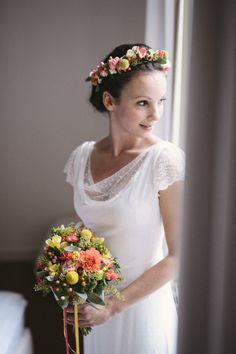 Haarkränzchen: drei blüten Brautstrauß: drei blüten Fotografie: Hannah Gatzweiler Girls Dresses, Flower Girl Dresses, Wedding Dresses, Flowers, Fashion, Hair Garland, Fascinators, Flower Girl Gown, Hair Fascinators
