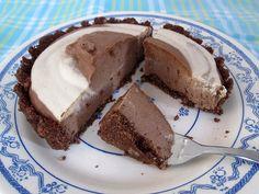 Gluten-free Vegan No Bake Chocolate Vanilla Cake Chocolate Sin Gluten, Chocolate And Vanilla Cake, Chocolate Recipes, Cookie Desserts, No Bake Desserts, Banana Bread Recipes, Cake Recipes, Raspberry Cake, Cake Tins