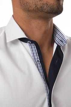 facef1bb6c7a6 Chemise homme blanche unie au style city propose un intérieur col et  poignets élégant composé de tissu à carreaux bleus. Vous observerez ses  boutons en ...