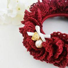 秋色シュシュ ブルゴーニュ2 Crochet Accessories, Hair Accessories, Crochet Fashion, Crochet Crafts, Knit Patterns, Crochet Flowers, Scrunchies, 4th Of July Wreath, Burlap Wreath
