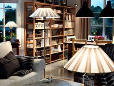 """IKEA Österreich, Sanftes, warmes Licht in einem Wohnzimmer, u. a. mit EKTORP 3er-Sofa mit Bezug """"Blekinge"""" in Weiß, IVAR Regalen in Kiefer, vernickelter FORMAT Schrankbeleuchtung, FOTO Hängeleuchten in Dunkelgrau, TUVE Standleuchte und TUVE Tischleuchten"""