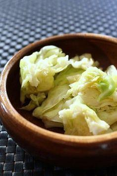 箸が止まらない美味しさ♡絶品やみつき塩キャベツの作り方 - LOCARI(ロカリ)