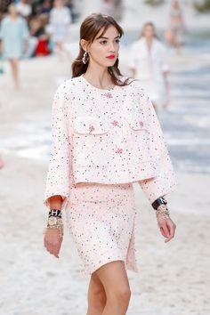 Camille Hurel for Chanel Spring 2019 (ph. La Fashion Week, Runway Fashion, Womens Fashion, Paris Fashion, Camille Hurel, Fashion Pants, Fashion Outfits, Coco Chanel Fashion, Queen Fashion
