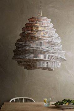 Lámparas colgantes en materiales naturales, mas de moda que nunca.