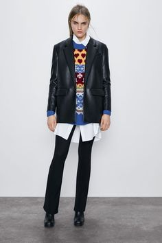 Get dressed up with this season's women's blazers at ZARA online and achieve effortless style. Zara Outfit, Fashion Pants, Fashion Tips, Daily Fashion, Fashion Trends, All Black Looks, Oversized Denim Jacket, Pulsar, Leather
