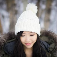 Pom pom beanies are incredibly popular right now!  See how to crochet your own with this very easy free pattern, perfect for beginners!