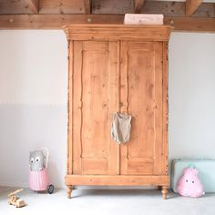 Antiek grenen kledingkast 'Juliet' - naturel | Mevrouw Kraai Kidsroom, Armoire, Peach, Furniture, Home Decor, Bedroom Kids, Clothes Stand, Decoration Home, Closet
