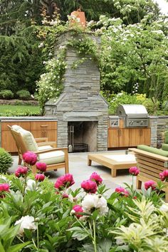 This vibrant outdoor space was completed by Kenneth Philp Landscape Architects. #luxePNW