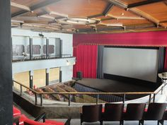 【写真】立派な天井。スクリーンの前には舞台。これは本当に映画館