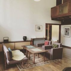応接間代わりの空間には、3シーターのソファーと、モダンなデザインの椅子2脚が対に置かれています。デザインは全く異なる2つの椅子ですが、色味が統一されているので違和感はありません。