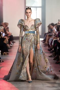 Elie Saab Fall 2019 Couture Fashion Show Collection: See the complete Elie Saab Fall 2019 Couture collection. Look 41 Elie Saab Haute Couture, Haute Couture Dresses, Haute Couture Fashion, Runway Fashion, Fashion Show, Fashion Design, Fall Fashion, Fashion Trends, Elie Saab Fall