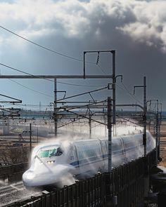 Shinkansen (Bullet train) running through Sprinkler, Japan Escala Ho, Winter In Japan, Japan Train, Old Train Station, High Speed Rail, Rolling Stock, Model Train Layouts, New Trucks, Train Travel