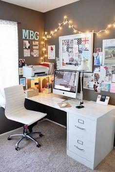 O llévalo al siguiente nivel con unas lucecitas de Navidad. | 18 Hacks para tener el escritorio más bonito y organizado de la oficina