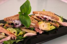 Lämmin Kultakauravuohenjuustotoast maistuu välipalana ja ruokaisen lounaan siitä saa yhdessä salaatin kera. Sandwiches, Food, Eten, Paninis, Meals, Diet
