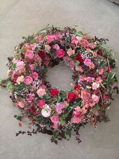 Newest Totally Free Funeral Flowers ideas Thoughts No matter whether you're setting up or participating, memorials will almost always be your sad and often nerve. Diy Spring Wreath, Diy Wreath, Easter Wreaths, Holiday Wreaths, Beautiful Flowers Wallpapers, Funeral Flowers, Drawing Flowers, Painting Flowers, Bouquet Flowers