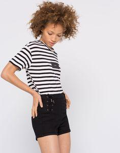 Blanco + negro = Look rompedor. Hazte con estos pantalones tipo corsario de la nueva colección de Pull&Bear y combínalos con una camiseta de rayas. ¡Sencilla pero de lo más chic!  https://ad.zanox.com/ppc/?39031773C40765729&ulp=[[http://www.pullandbear.com/es/es/mujer/bermudas-y-shorts-c29023.html%23/100423007/SHORT%20TIPO%20CORSARIO?utm_campaign=zanox&utm_source=zanox&utm_medium=deeplink]] #shorts #pullandbear #rayas