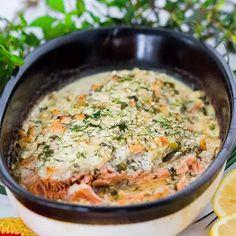 Satu Sjöholmin uunilohen maukkauden salaisuudet ovat muun muassa smetana, sipuli, suolakurkut ja tilli.