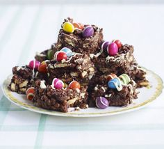 Packed with biscuits, sultanas, puffed rice and lots of chocolate, these refrigerator bars are ideal for a kids' party, from BBC Good Food. Baking Recipes For Kids, Baking With Kids, Bbc Good Food Recipes, Easter Recipes, Easter Snacks, Easter Brunch, Chocolate Fridge Cake, Easter Chocolate, Chocolate Recipes