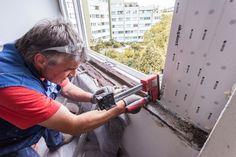 Versetzen & schäumen des neuen Kunststofffensters in Linz! #Fenstermontage #ÖNORM #B5320 #Ablauf